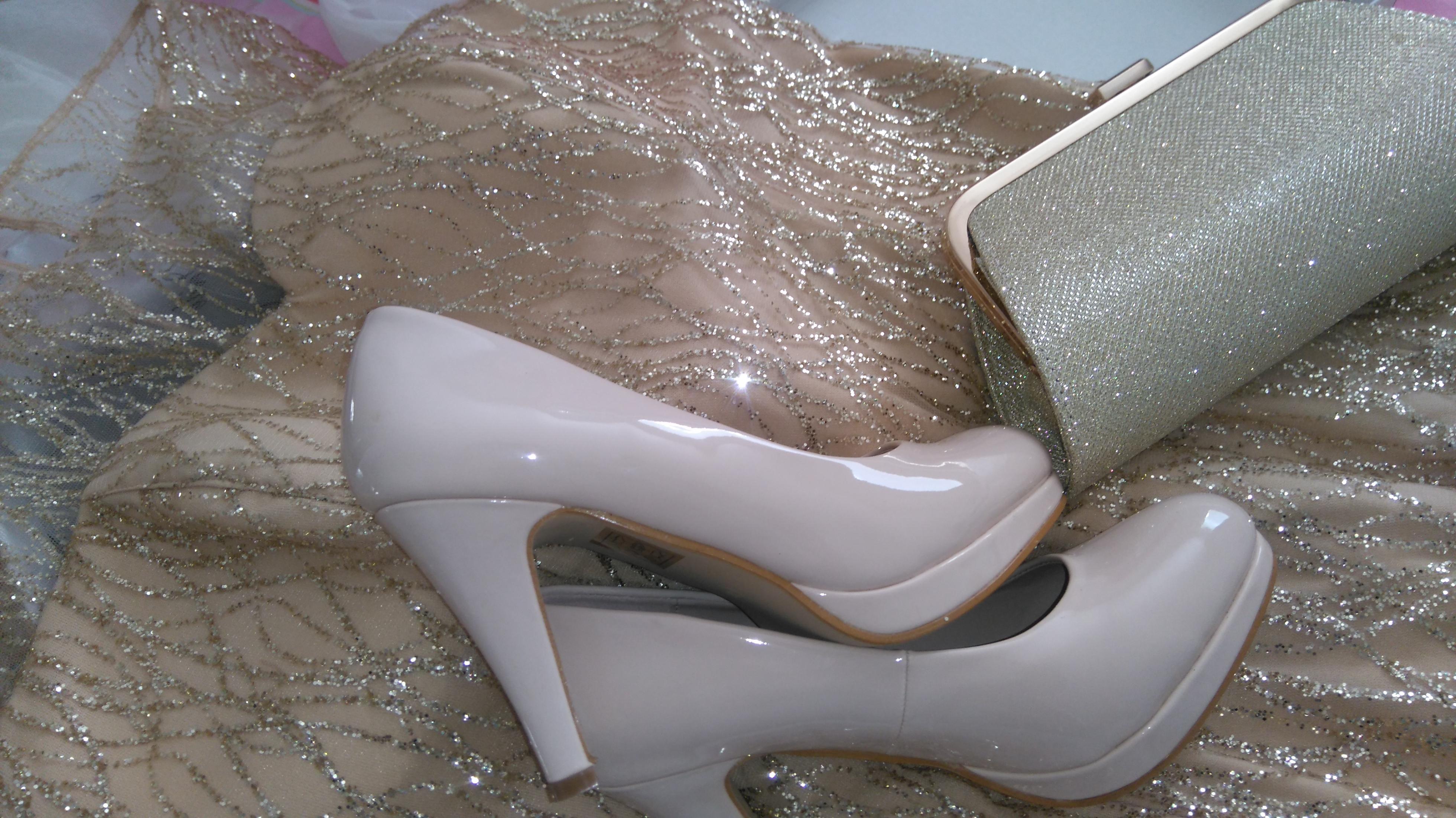 6b6a57392b0f Om jag hade på mig en sådan klänning så skulle jag inte passa i den då jag  helt enkelt inte passar i guld färg eller gillar guldigt. Silver och vitt  guld är ...